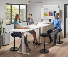 Sitz-/ Stehbesprechungstisch mit Monitorhalterung