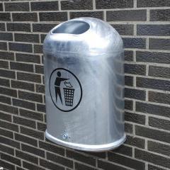 Ovale Abfallbehälter zur Wand- und Pfostenbefestigung