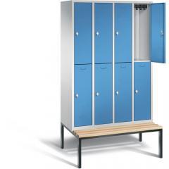 Doppelstöckige Garderoben-Stahlspinde CLASSIC mit glatten Türen und untergebauter Sitzbank, Holzleisten