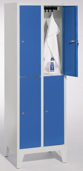 Doppelstöckige Garderoben-Stahlspinde CLASSIC mit glatten Türen und Füßen