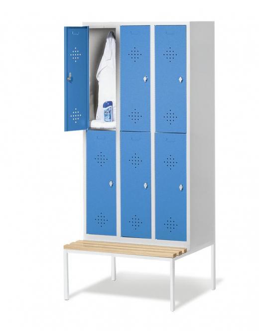Doppelstöckige Garderoben-Stahlspinde CLASSIC, mit Lüftungslöchern und Sitzbank, Kunststoffleisten