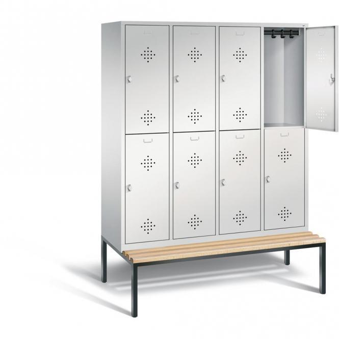 Doppelstöckige Garderoben-Stahlspinde CLASSIC, mit Lüftungslöchern und Sitzbank, Holzleisten